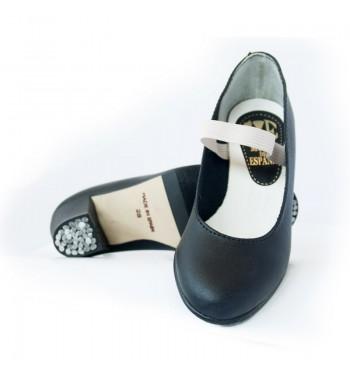 Zapato de piel con clavos